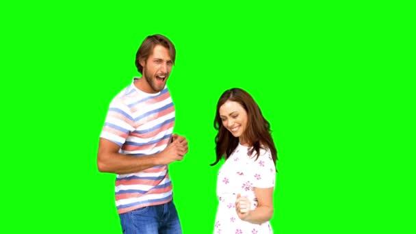 Dos amigos bailando juntos en pantalla verde — Vídeo de stock