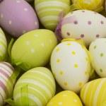 de nombreux œufs de Pâques colorés — Photo
