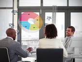 Uśmiechający się firmy za pomocą kolorowy wykres kołowy na futurystyczny i — Zdjęcie stockowe