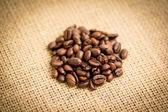 кучу кофейных зерен — Стоковое фото