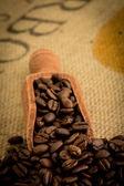 деревянной лопатой полный кофейных зерен — Стоковое фото