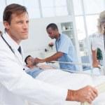 médecins en poussant le lit d'un patient — Photo