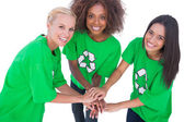 Ellerini bir araya getirmek ve gülümseyen üç çevre eylemcileri — Stok fotoğraf