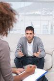 Άντρα να μιλήσει σε έναν θεραπευτή — Φωτογραφία Αρχείου