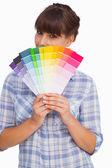 Mulher bonita com franja mostrando cartas de cor — Foto Stock