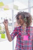 Kobieta z wyboru koszula rysunek na schemat blokowy markerem — Zdjęcie stockowe