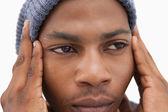 Uomo in cappello beanie guardando infelice — Foto Stock