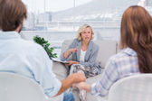 Therapist talking to a couple — Stock Photo