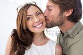 Hombre a mujer bonita besa en la mejilla — Foto de Stock