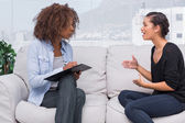 Woman gesturing and speaking to her therapist — Φωτογραφία Αρχείου