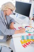 Diseñador de interiores mirando cartas de color — Foto de Stock