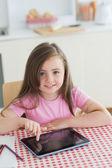 Glad liten flicka med hjälp av tablet pc — Stockfoto