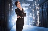 Femme d'affaires contemplant dans le centre de données — Photo