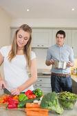 Jeune couple, préparer le dîner — Photo