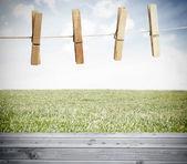 Pince à linge sur une corde à linge à l'extérieur au-dessus de planches en bois — Photo