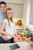 Man and woman cutting vegetables — Stock Photo