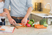 Man cutting vegetables — Stock Photo
