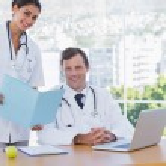bel medico mostrando una cartella a un collega — Foto Stock