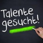 Man writing talente gesucht — Stock Photo