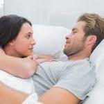 linda pareja despertarse y mirando el uno al otro — Foto de Stock