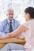 Paciente do sexo feminino explicando la dolorosa para médico — Foto Stock