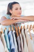 Moda tasarımcısı giysi parmaklığa yaslanarak — Stok fotoğraf