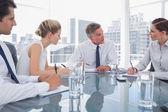 Empresario serio durante una reunión con sus empleados — Foto de Stock
