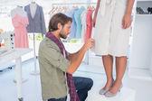 Diseñador de moda recogiendo agujas — Foto de Stock