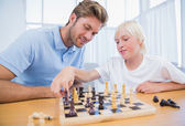 Menino jogando xadrez com seu pai — Foto Stock