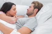 Atrakcyjna para budząc się i patrząc na siebie — Zdjęcie stockowe