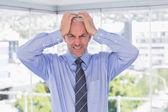 Frustrerad affärsman med händerna på hans huvud — Stockfoto