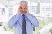 Stressad affärsman gnugga hans tempel — Stockfoto