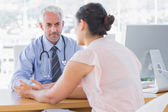 Paciente, explicando-lhe doloroso para médico — Foto Stock