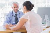 Paciente la explicando dolorosa al doctor — Foto de Stock