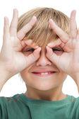 Glad liten pojke att göra glasögon med fingrarna — Stockfoto