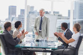 Aplaudiendo al jefe durante una reunión de colegas — Foto de Stock