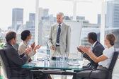 Collega's de baas applaudisseren tijdens een vergadering — Stockfoto