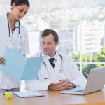medico mostrando una cartella a un collega — Foto Stock