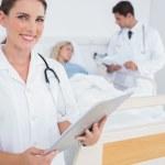 leende läkare håller mapp — Stockfoto #26995413