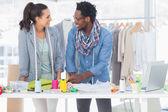 Lächelnd modedesigner arbeiten zusammen — Stockfoto