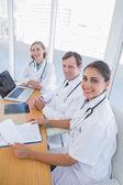 Overzicht van artsen werken en kijken naar camera — Stockfoto