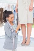 Designer kommissionierung nadeln auf kleid — Stockfoto
