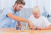 Pai e filho jogando xadrez — Foto Stock