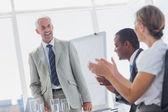 会議中に笑みを浮かべてマネージャーは拍手の同僚 — ストック写真