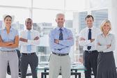 Команда улыбаясь деловой репутации с сложив — Стоковое фото