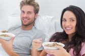 Pareja comiendo cereal para el desayuno — Foto de Stock