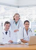 Uśmiechnięty personel medyczny, praca na laptopa i komputera — Zdjęcie stockowe