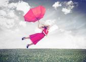 Attraktive frau, die fliegen in der luft — Stockfoto