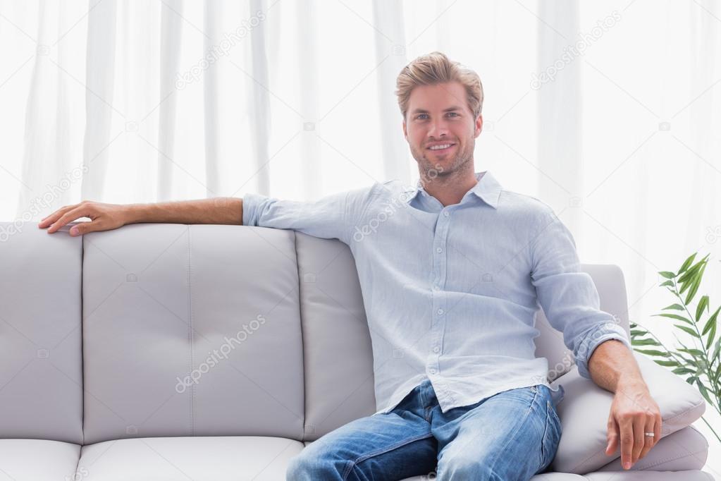 Сидя дома на диване для взрослых 17 фотография