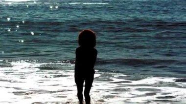 Kobieta, skoki, podczas gdy ona jest w morzu — Wideo stockowe